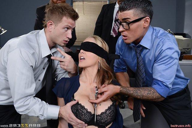 Секретарша с большими титьками порется в офисе