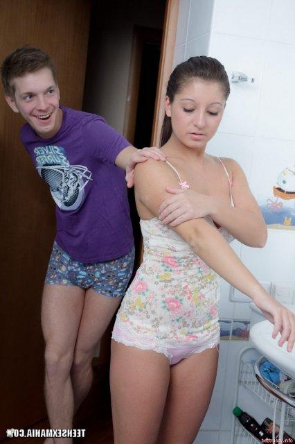 Девушка с большим аналом занимается сексом в ванной