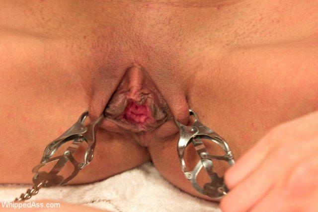 Лесбиянки жестоко обращаются с подругой в бане