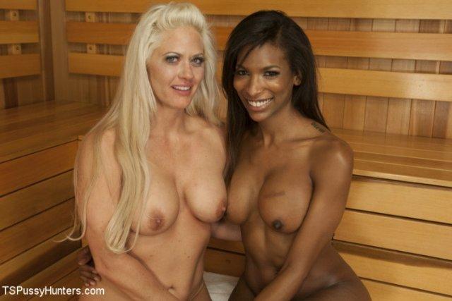 В бане темнокожий транс трахает блондинку