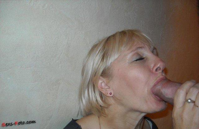 Взрослая женщина в доме делает минет