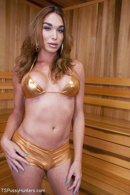 Ненасытный трансвестит в сауне трахает пизду