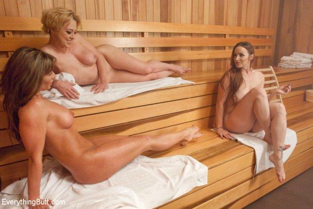 Сексапильные бабы в сауне делают фистинг подруге