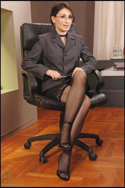 Секретарша в очках и в форме устроила групповушку