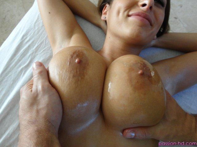 Голую девку после эротического массажа трахает