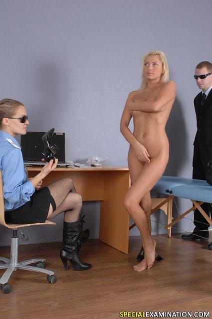 Стройный доктор подглядывает за милой блондинкой