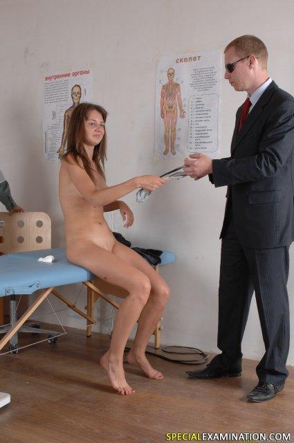 Доктор в униформе изучает вагину малолетки