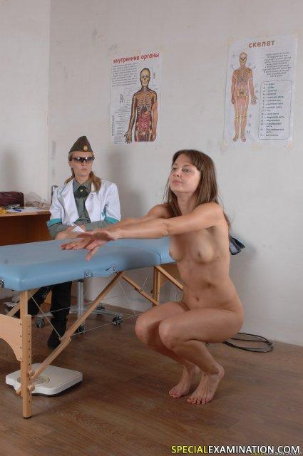 Доктор подглядывает за обнажённой школьницей