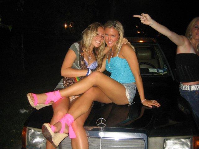 Ебля пьяных девиц началась с поцелуев