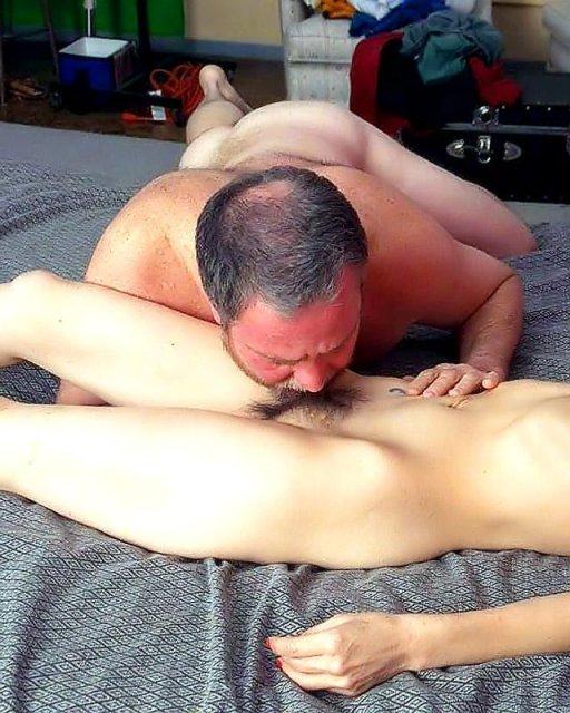 Женщине в возрасте мастурбирует мохнатую пизду