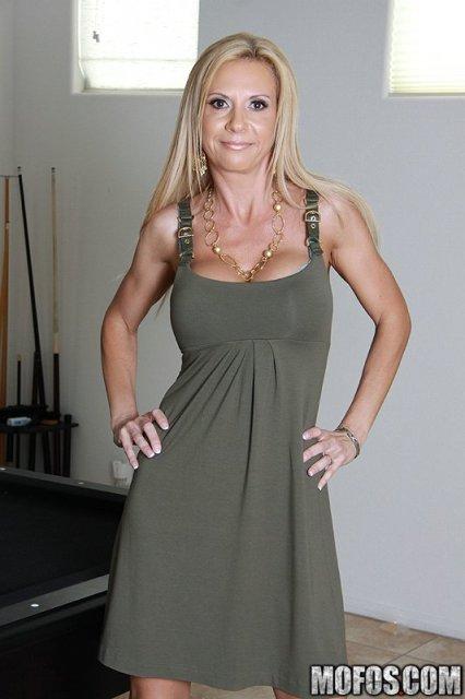 Женщина в возрасте показывает привлекательные титьки