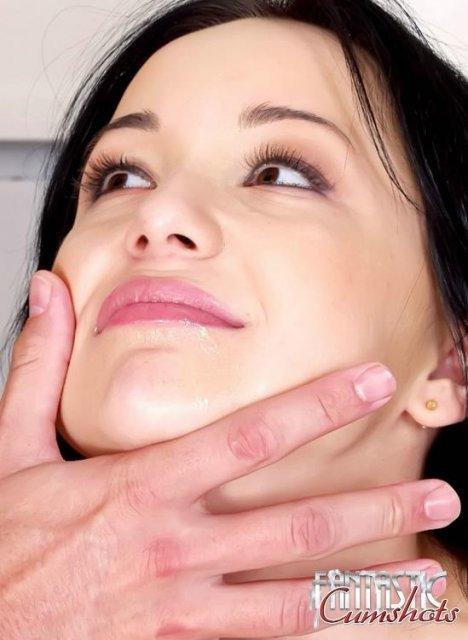 Симпатичная брюнетка в кабинете показывает кончу на лице