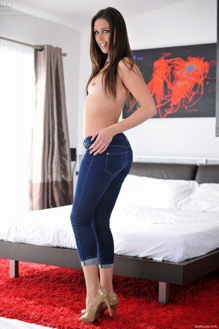 Крошку с маленькими сиськами трахает в вагину