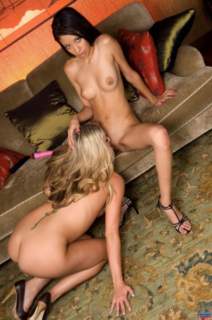 Нежные лезбиянки в ванной комнате разглядывают писи