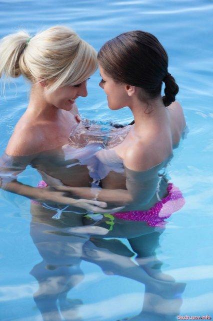 Стройные лезбиянки в воде сжимают нежно сиськи
