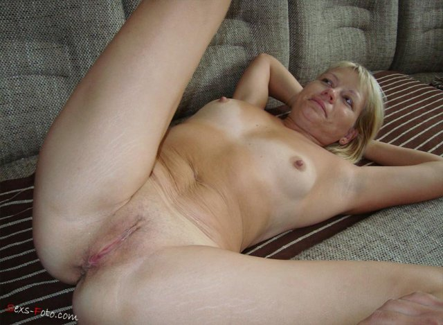 На любительском порно зрелая блондинка делает минет