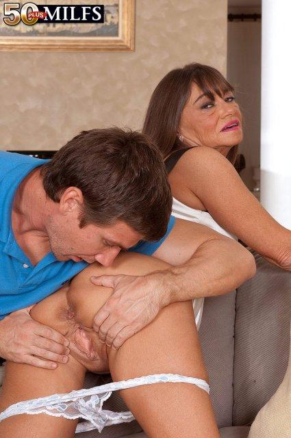 Инцест: мамочка занимается гламурным сексом с сыном