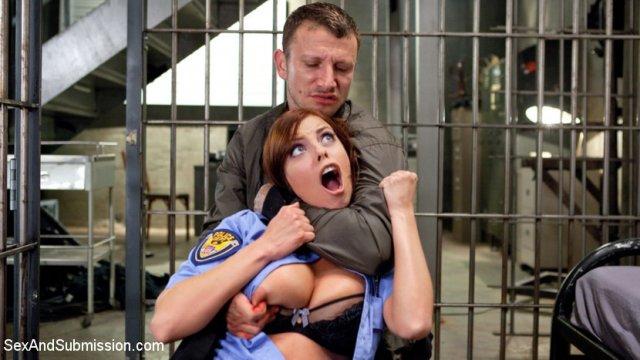 Сексапильные менты в тюрьме устроили жесткое порево
