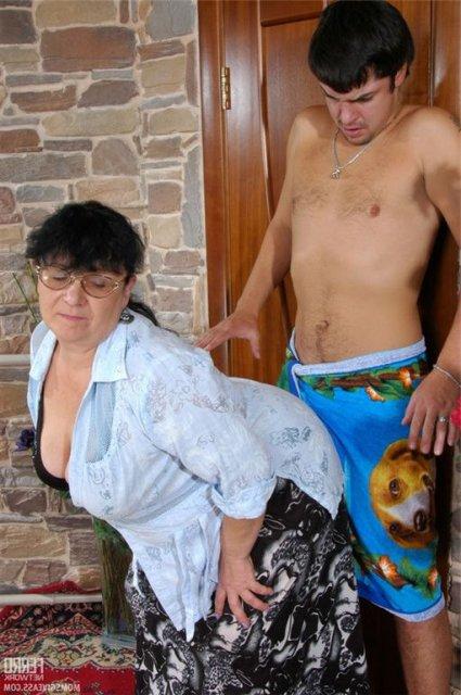 Жопастую милфу в очках трахает в презервативе