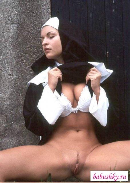 Монашки с выбритыми письками и в чулках возбуждаются
