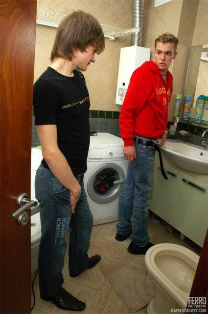 Мужик нежно ебёт мужика в ванной комнате