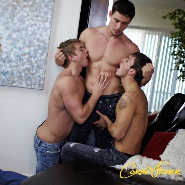 Мужчины в спальне целуются и трахаются