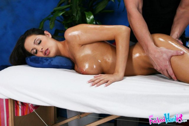 Няшную брюнетку поле эротического массажа трахает