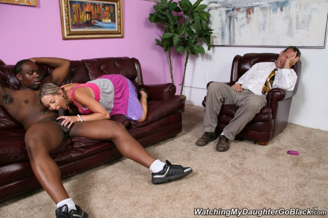 Блондинка круто раздевается и ебётся на диван