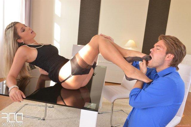 Зрелая дамочка на каблуках реально трахается на столе