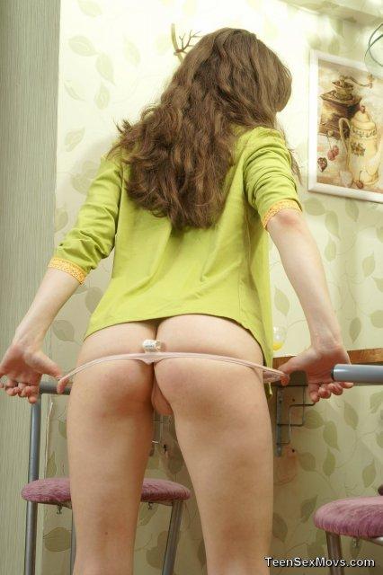 Русская девица на каблуках слизывает сперму