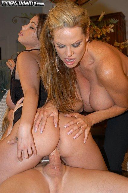 Вагинальный секс с двумя пышными девушками