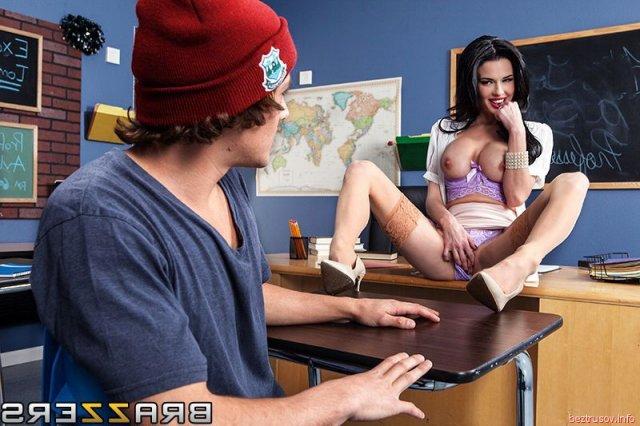 Грудастую училку в секс сценах ебёт на столе