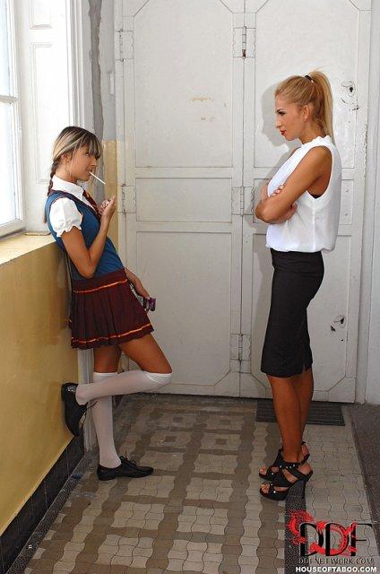 Взрослая училка наказала молодую деву спанкингом