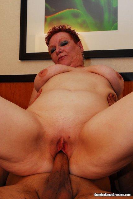 Старый пердун красиво ебёт жирную женщину