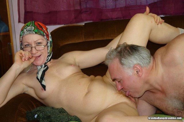 Рыжая дама в очках делает минет старому пердуну