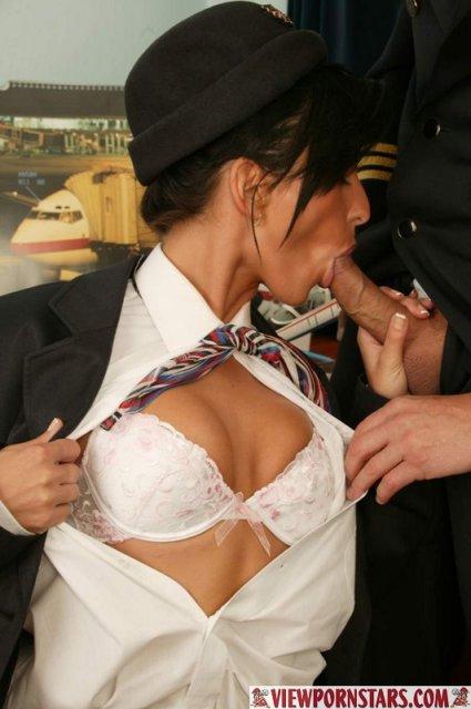 Стюардессу в униформе нежно трахает в очко