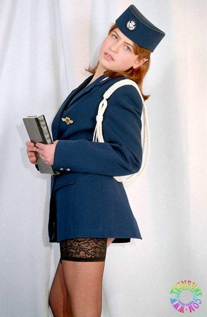 Рыжая стюардесса в чулках светит маленькой грудью