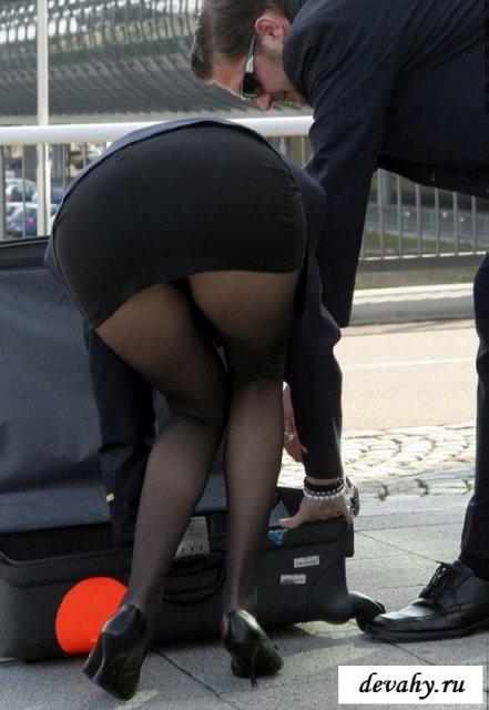 Гламурная стюардесса показывает гладкий лобок на улице
