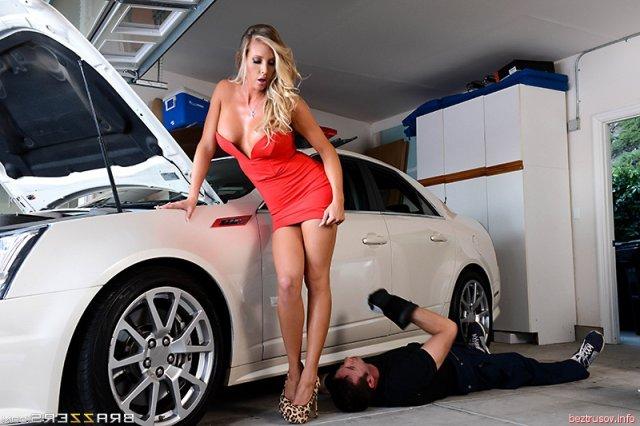 Грудастая сучка с пирсингом у авто красиво трахается