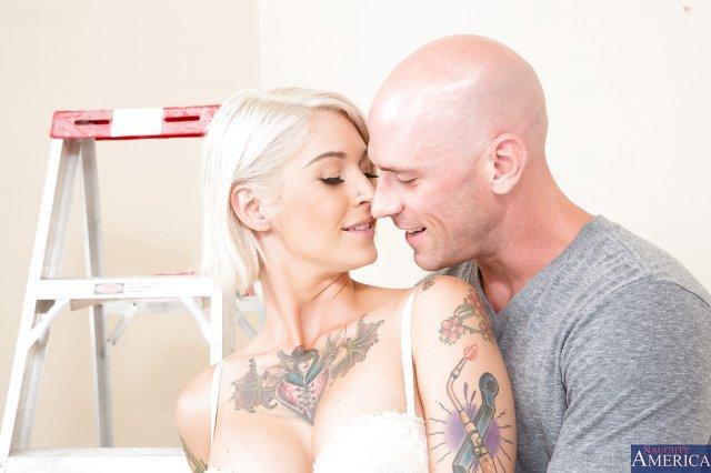 Милая блондинка с тату красиво трахается в доме