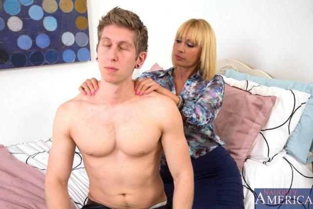 Инцест: трах грудастой матери по – собачьи с сыном