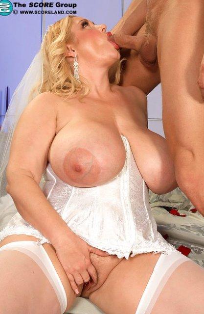 Упитанная блондинка с большими буферами делает минет
