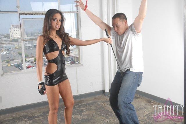В фендом участвует жесткая проститутка в латексе