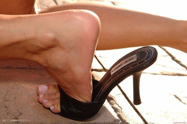 В эротике грудастая блондинка у бассейна раздвинула ноги