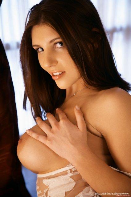 В фото эротике жена с большой грудью позирует в спальне
