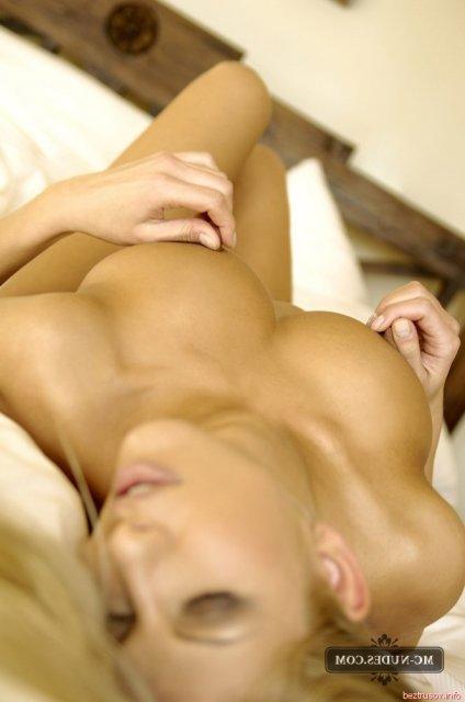 Опытная красотка в эротике принимает разные позы