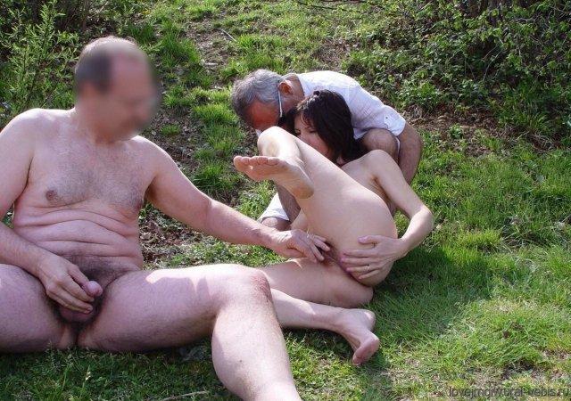 Деревенская шлюха занимается сексом раком на сеновале