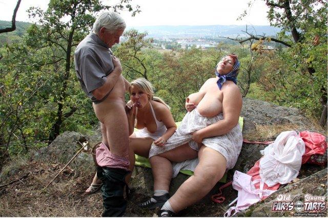 Молодая похотливая девочка занимается сексом в деревне